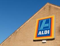 Aldi den tyska baserade livsmedelsbutikkedjan, kör återförsäljnings- matpri Royaltyfria Foton
