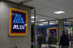 Aldi-Logo auf einem ihrer Shops für Ungarn Aldi ist eine deutsche Rabatt-Supermarktkette, die weltweit entwickelt wird Stockbild
