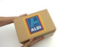 ALDI logo na kartonie w rękach Redakcyjna klamerka zbiory wideo