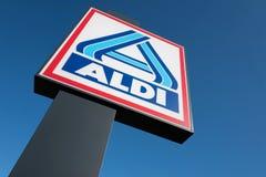 Aldi-Zeichen gegen blauen Himmel stockfotografie