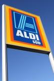 Aldi-Zeichen gegen blauen Himmel stockfoto