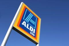 Aldi-Zeichen gegen blauen Himmel lizenzfreie stockfotografie