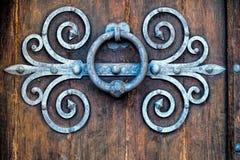 Aldrava antiga na porta de madeira velha Fotos de Stock Royalty Free