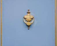 Aldrava de bronze original na forma de um vaso antigo no bl Imagens de Stock Royalty Free