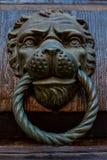 Aldrava de porta antiga com cabeça do leão Imagens de Stock Royalty Free