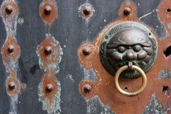 Aldrava de porta chinesa velha Fotos de Stock