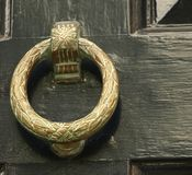 Aldrava de porta do anel de bronze com teste padrão Fotografia de Stock Royalty Free