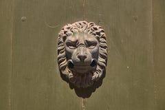 Aldrava de porta do vintage na forma da cabeça do leão fotos de stock