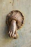 Aldrava de porta oxidada da mão fotografia de stock