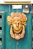 Aldrava de porta oxidada velha do vintage fotos de stock royalty free