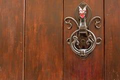 Aldrava de porta preta do metal sob a forma de um dragão fotografia de stock royalty free