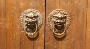 Aldrava de porta principal do leão nas portas Fotografia de Stock Royalty Free