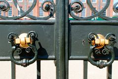 Aldrava de porta velha do metal Fotografia de Stock