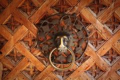 Aldrava de porta velha do metal, cabeça do leão Imagens de Stock