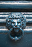 Aldrava de porta velha na forma da cabeça do leão Fotos de Stock