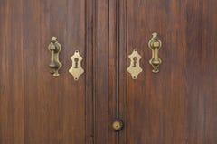 Aldravas de porta douradas de uma porta velha Fotografia de Stock Royalty Free
