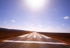 Aldrig avsluta vägen, Nullarbor Plain Royaltyfria Bilder