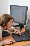 Aldrig gammal nog - hög kvinna med datoren Arkivbilder