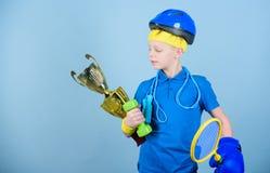 Aldrig ge upp och h?ll att flytta sig framg?ng Barndomaktivitet banta konditionen Energi Sport och h?lsa lyckligt barn arkivfoton