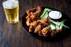 Ale di pollo fritte con la salsa e la birra della immersione fotografia stock libera da diritti