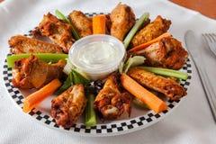 Ale di pollo fritte sul piatto immagini stock