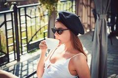 Ale pierwszy kawa Kobieta cieszy się pijący kawę espresso lub cappuccino Urocza kobieta w sklepie z kawą Ładna kobieta napoju kaw zdjęcie stock