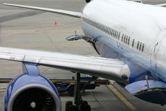Ale sinistre di un aeroplano commerciale Fotografia Stock Libera da Diritti
