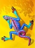 Alebrije auf gelbem Hintergrund mit Schatten Stockfoto
