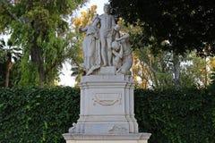 Alegoría al genio en una estatua de piedra imagen de archivo