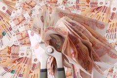 Alegoria globalny kryzys finansowy - Rosyjski rubel w chwycie kryzys gospodarczy Zdjęcie Stock