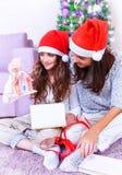 Alegría de la Navidad en el domicilio familiar Imagen de archivo libre de regalías