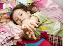 Alegría de la niña en la ropa Fotografía de archivo libre de regalías