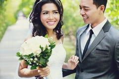 Alegría de los pares de los jóvenes del recién casado Foto de archivo libre de regalías