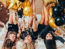 Alegría del confeti de la cama del ocio del partido de la noche de las mujeres fotos de archivo