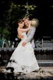 Alegría del novio y de la novia contra la fuente del contexto imágenes de archivo libres de regalías