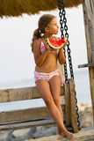 Alegría del verano, muchacha preciosa que come la sandía fresca en la playa Imagen de archivo