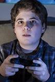 Alegría. Forma de vida adolescente. muchacho con la palanca de mando que juega al juego de ordenador Fotografía de archivo libre de regalías