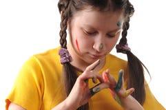 Alegría. Muchacha del preadolescente que juega con colores Fotos de archivo libres de regalías