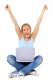 Alegrías del adolescente mientras que usa la computadora portátil Fotos de archivo libres de regalías