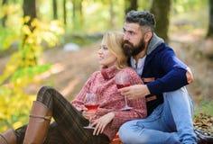 Alegrías a la familia ame la fecha y el romance Humor del resorte El acampar y el caminar aclamaciones Comida campestre de la fam fotos de archivo libres de regalías