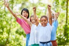 Alegrías multiculturales de los niños del grupo entusiasta fotos de archivo libres de regalías