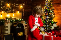 Alegr?a y felicidad Momentos de la ni?ez Regalo de la Navidad del control de santa del muchacho del ni?o Concepto de la media de  fotos de archivo libres de regalías