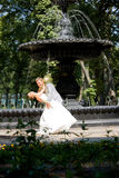 Alegría del novio y de la novia contra la fuente del contexto Imagenes de archivo