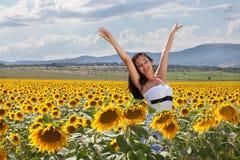 Alegría en un campo del girasol Imágenes de archivo libres de regalías