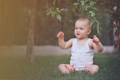 Alegría pura - bebé feliz lindo con la fresa Imagenes de archivo