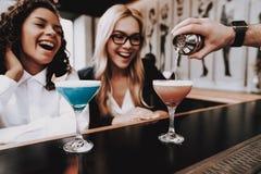alegre beard barman meninas cocktails sente-se Barra fotos de stock royalty free