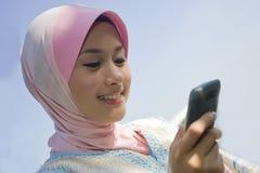 Alegre com o telefone móvel novo Fotos de Stock