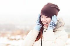 Alegre feliz al aire libre sonriente hermoso del sombrero del invierno de la muchacha, idea del concepto del estilo de la moda de Imagenes de archivo