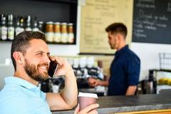 Alegre oírle El café se lleva la opción para la gente ocupada Fondo móvil del barista del café de la conversación del hombre Café imagen de archivo libre de regalías