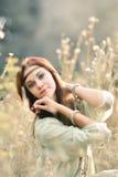 Alegre, sonriendo, muchacha hermosa, atractiva, preciosa, linda, pelirroja con las cintas Foto de archivo libre de regalías